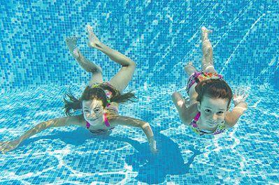 Zwei Mädchen Im Schwimmbad Gutschein Für Schwimmbadbesuche Als Geschenkidee