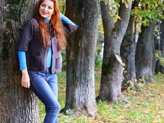 Frau mit Herbstkleidung