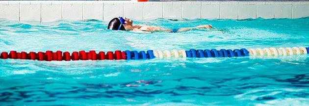 Kind beim Schwimmunterricht