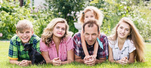 Familie freut sich auf den Mach was Nettes Tag
