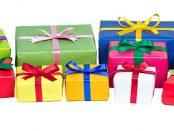 Bunt verpackte Weihnachtsgeschenke