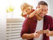 Vater mit Tochter und Geschenk