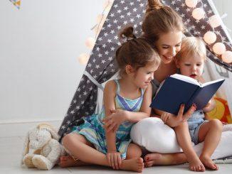 Mutter und Kinder beim spielen